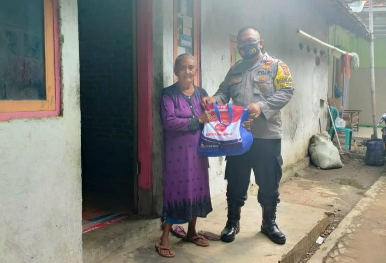 Foto: Polisi Polres Indramayu bagi-bagi sembako