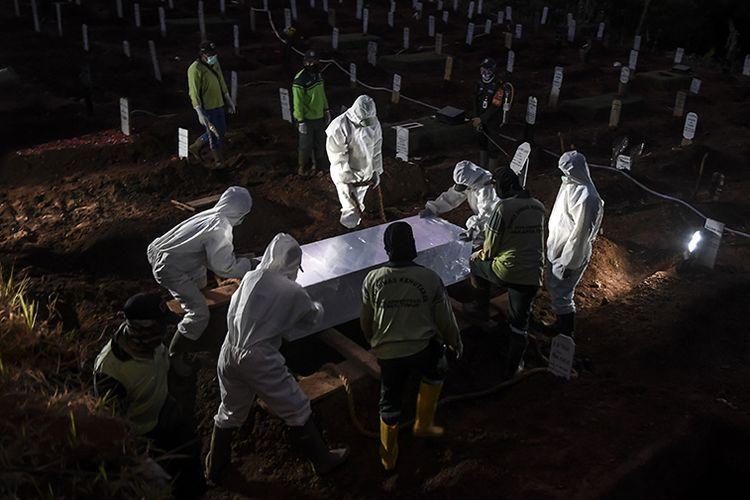 Pemakaman jenazah covid-19 | Sumber Antara Foto/Muhammad Adimaja melalui Kompas.com