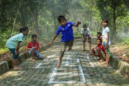 Ilustrasi anak-anak bermain. Orangtua baiknya tidak selalu membandingkan pencapaian anak dengan orang lain  Sumber: Shutterstock via Kompas.com