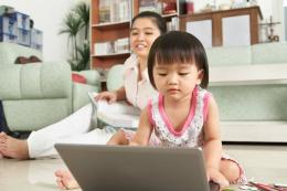 Pengasuh Yang Tengah Menjaga Anak. Sumber Situs The Asian Parent
