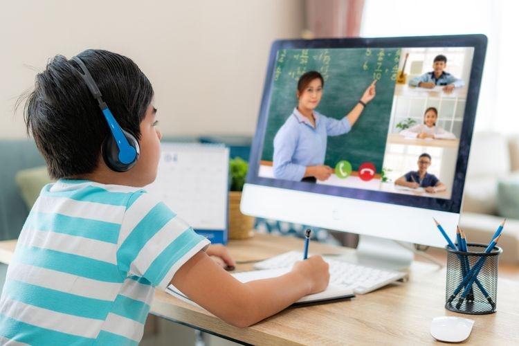 Ilustrasi anak sedang mengikuti pembelajaran daring. Sumber: SHUTTERSTOCK/Travelpixs via Kompas.com