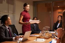 Ilustrasi bos memimpin rapat| Sumber: Shutterstock via Kompas.com