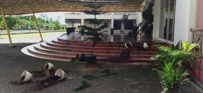 Rektorat UNIPA yang dirusak oleh mahasiswa | Dok Info Kejadian Manokwari & Papua Barathttps://www.facebook.com/groups/286745551812748/permalink/11732