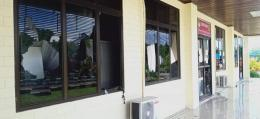 kaca - kaca kampus dipecahkan | Dok Info Kejadian Manokwari & Papua Barat https://www.facebook.com/groups/286745551812748/permalink/11732000265006