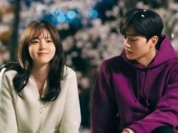 Kemesraan Na-bi dan Jae-eon yang akan terhalang oleh Do-hyeok di Nevertheless episode 6. (Sumber: hops.id)