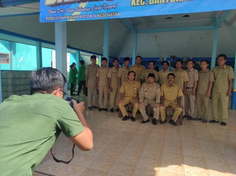 Kegiatan pengambilan foto perangkat desa bersama KKN desa Sumberbening (Minggu, 27/06/2021) / dokpri