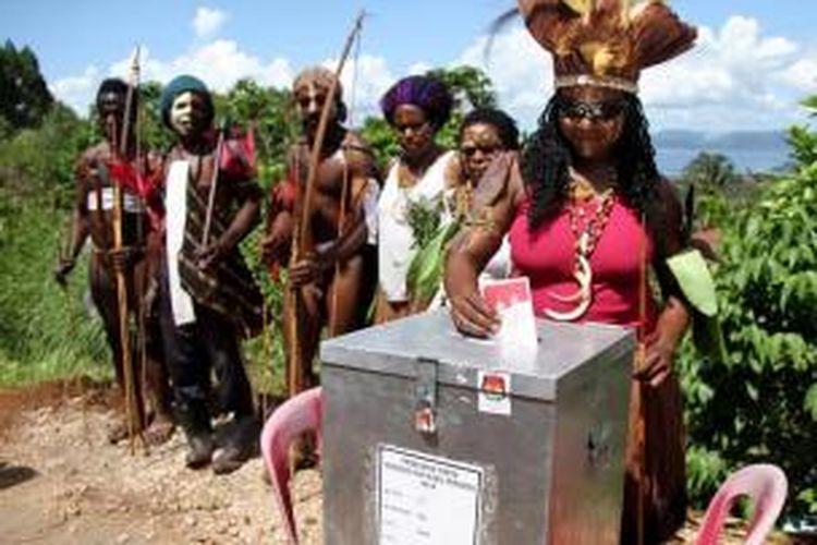 Masyarakat Papua memberikan suara dalam konstestasi elektoral. Foto: AFP melalui kompas.com