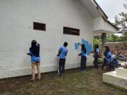 Gambar 1: Foto Perbaikan Fasilitas Umum oleh Mahasiswa KKN melalui kegiatan pengecatan POSKESDES Desa Ngembat Kecamatan Gondang Kabupaten Mojokerto (dokpri)