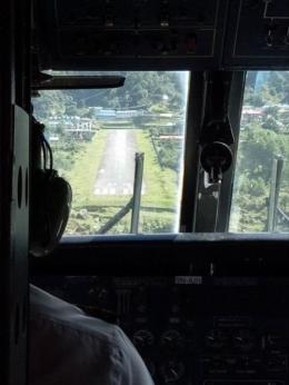 landasan yang pendek terlihat dari cockpit pesawat : foto dokumentasi pribadi