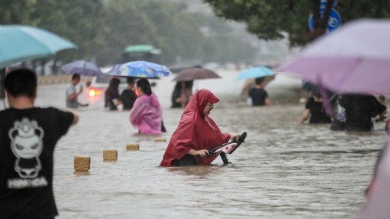 Warga Zhengzhou terjebak banjir yang berketinggian setara pinggang orang dewasa (BBC:Gettyimages)