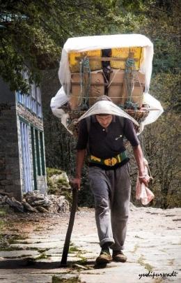 porter yang membawa barang keperluan sehari2 : foto dokumentasi pribadi