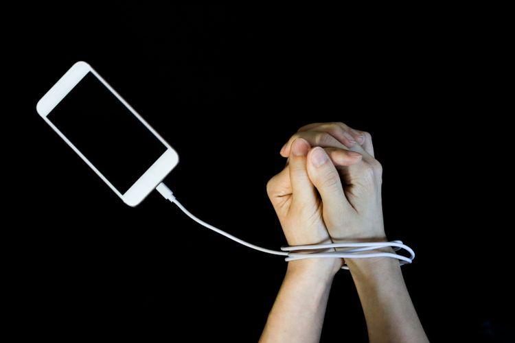 Kita yang semakin akrab dengan ponsel pintar hingga lupa karenanya. (Foto : Myella via kompas.com).