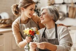 Jadilah mertua low profile. Sehingga menantu akan sangat sayang dan hormat kepada mertua yang penuh pengertian. (parenting.firstcry.com)