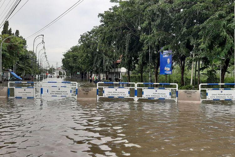 Sunga Banjir Kanal Timur meluap mengakibtakan banjir ( foto Kompas.com)