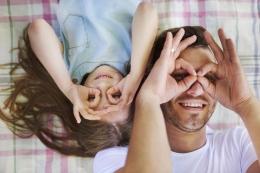 Ilustrasi Ayah dan Anak Perempuan (Freepik/gpointstudio)