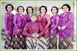 Sri Sultan Hamengku Buwono Ka10 bersama Permaisuri, GKR Hemas dan kelima puteri. Sumber: kratonjogja