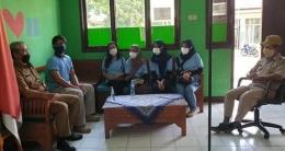 Foto: Kunjungan mahasiswa KKN Tematik UM Jaticempaka ke SDN 7 Jaticempaka dan menemui Bapak Engkus selaku Kepala SDN 7 Jaticempaka