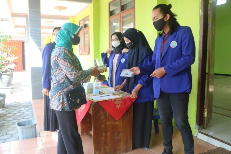 Pembagian masker kepada peserta seminar parenting