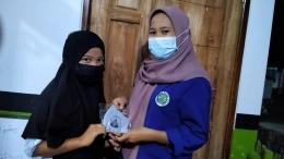 Pembagian masker kepada masyarakat sekitar