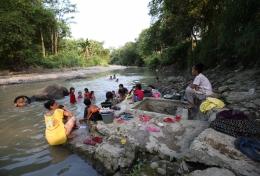 Ilustrasi sungai menjadi tempat beraktivitas warga. Foto: Kompas.com/Kristanto Purnomo