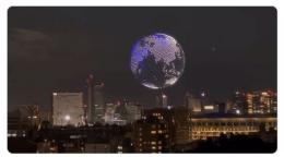 Bahkan, pertunjukan drone, mulai dari membentuk lambang Olimpiade Tokyo 2020, menjadi bola dunia ini, melayang2 di seluruh Tokyo/www.engadget.com
