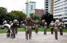 Giant Laughing Statues di Taman English Bay Beach Vancouver   Sumber www.alamy.com