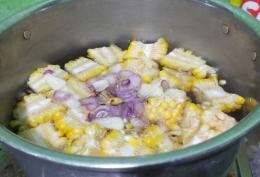 Gambar 3, masukkan jagung dan bumbu dalam air mendidih (Foto: Siti Nazarotin)