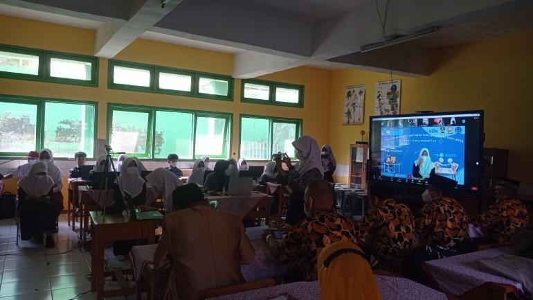 Kepala sekolah, guru, OSIS dan Mahasiswa KKN berkolaborasi dalam pelaksanaan MPLS secara daring/dokpri