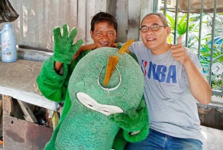 Saya (kanan) dan Pak Nuri, badut di sekitar Grand Depok City. (foto: Norman Meoko)/dokpri