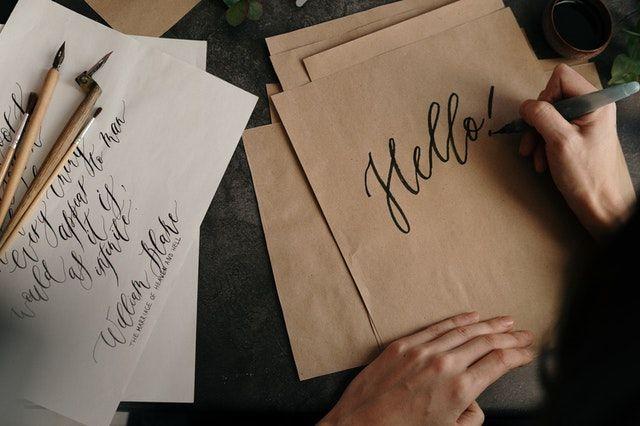 ilustrasi menulis dengan pena | photo by cottonbro from pexels
