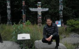 Berfoto dengan Latar Belakang Patung Kayu di Stanley Park Vancouver   Koleksi Foto Iffat Mochtar