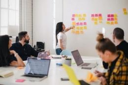 Ilustrasi tim kerja karyawan di sebuah perusahaan.| Sumber: UNSPLASH/LEO via Kompas.com