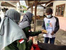Pembagian Immunobooster pada warga Desa Rejosari (Dokpri)