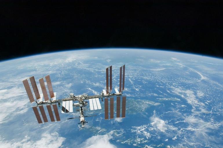 Orbit. Sumber: https://en.wikipedia.org/wiki/Orbit#/media/File:STS-130_Endeavour_flyaround_5.jpg