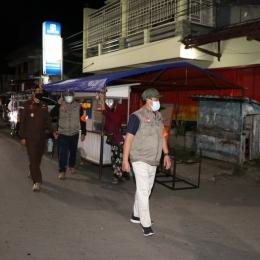 Wakil Bupati Pemalang Mansur Hidayat melakukan pantauan langsung kedisiplinan masyarkat dalam PPKM Darurat di Pemalang (ft by @mansur_hidayat2)