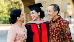 Potret Wisuda Maudy Ayunda bersama Orang Tua di Stanford University (Sumber; Instagram Maudy Ayunda)