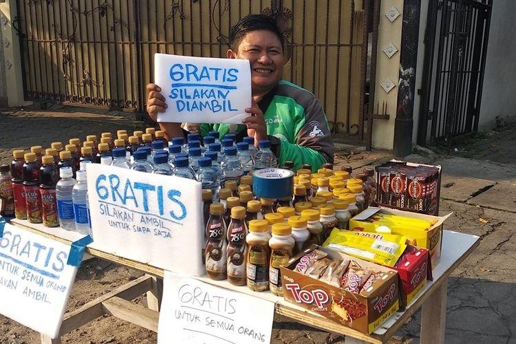 Sunandi (39), seorang driver ojek online yang membagikan makanan dan minuman gratis di Kecamatan Tebet, Jakarta Selatan.(Facebook: Sunandi via KOMPAS.com)