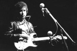 Bob Dylan dengan gitar elektriknya di Newport Folk Festival tahun 1965. Sumber: www.billboard.com