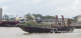 Perahu ketek ini siap mengantar kamu berwisata (sumber : deddyhuang.com)