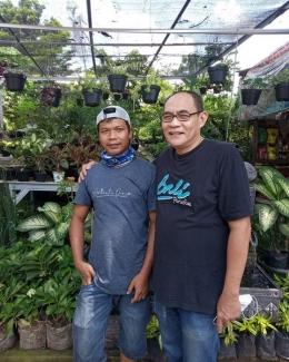 Dul (kiri) penjual tanaman di kawasan Serab Depok Jawa Barat. (Foto: Norman Meoko)