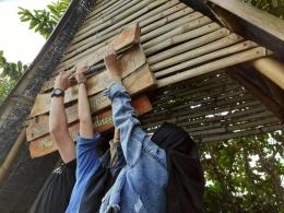 Proses pemasangan media di sejumlah lokasi di D'Embung Park  (Foto oleh: KKN UM Pandanmulyo 2021)