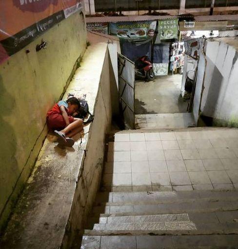 Bocah penjual tisu tertidur pulas di tanggapintu belakang Detos. (Foto: Norman Meoko)