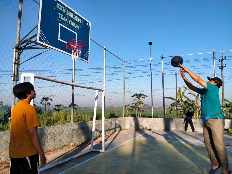 Penambahan fasilitas olahraga basket di Desa Teja Timur