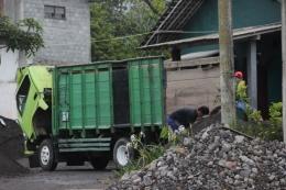 truk dan penambang pasir sungai Pabelan hampir setiap hari datang ( foto: Joko Dwiatmoko )