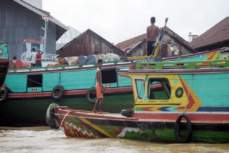 Kapal angkut yang ada di Sungai Musi (sumber : deddyhuang.com)