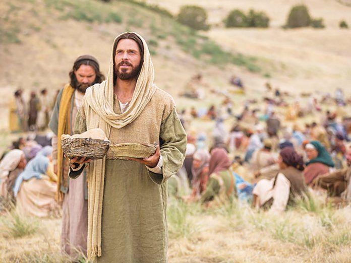 Ilustrasi Yesus mengucap berkat atas roti dan ikan sebelum memberi makan 5000 orang. Foto: sesawi.net.