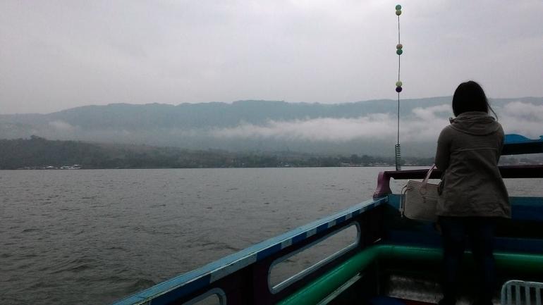 Ilustrasi gadis di kapal menjumpai pemuda | Sumber: pexels.com