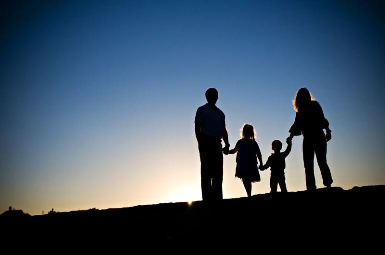 Siluet Keluarga (WordPress.com)