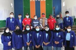 Foto bersama mahasiswa KKN UM dengan DPL dan Perangkat Desa Klampok.