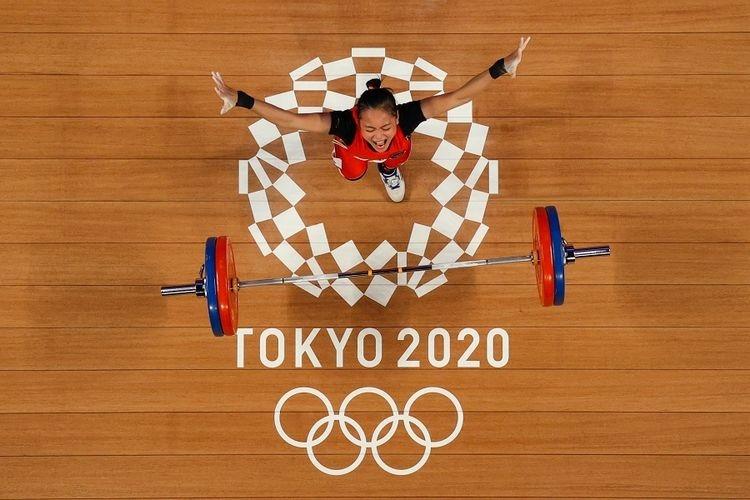 Foto yang diambil dengan kamera robot ini memperlihatkan reaksi Windy Cantika Aisah dari Indonesia saat bertanding di cabang olahraga angkat besi 49kg putri Olimpiade Tokyo 2020 di Tokyo International Forum di Tokyo pada Sabtu 24 Juli 2021. Berikut ini klasemen medali Olimpiade Tokyo.(CHRIS GRAYTHEN)
